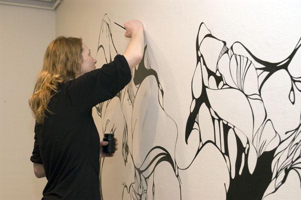 """Susanne Vollmer bei der Arbeit an ihrem Werk """"One of us is Brian"""""""