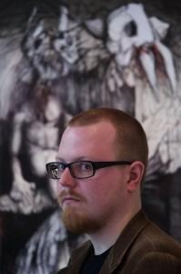 Erkki Nampajärvi vor einer seiner Zeichnungen