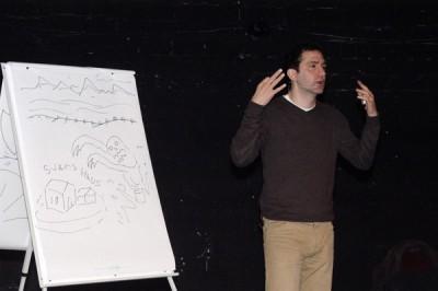 Jonathan Stroud beim Erklären seines Buches
