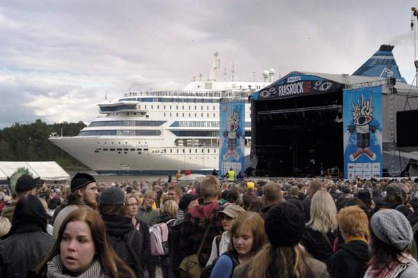 Direkt an der Bühne vorbei - die Fähre aus Stockholm